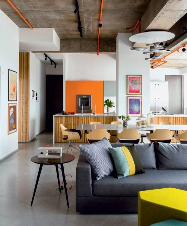 vidro-laranja-armarios-cozinha-tubulação-aparente-tabuas-madeira-vaso-mesa-de-jantar-cadeiras-garrafas-Pendente (Foto: Edu Castello/Editora Globo)