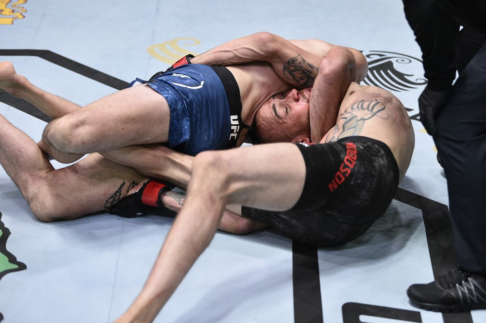 Julian Erosa aplicou uma gravata japonesa em Sean Woodson no UFC: Poirier x Hooker — Foto: Getty Images