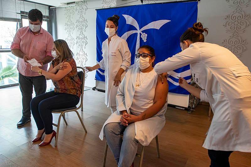 Bióloga e enfermeira são as primeiras vacinadas contra a Covid-19 em Macaé, no RJ