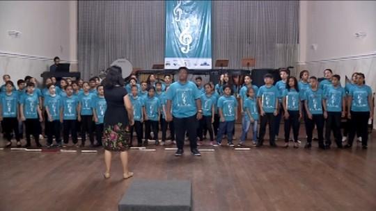 Pedro Sousa volta à sua escola de música e é recebido pelas professoras e colegas