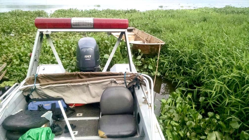 Barco do acusado foi apreendido em meio aos aguapés onde o pescador tentou se esconder (Foto: Polícia Ambiental/Divulgação)