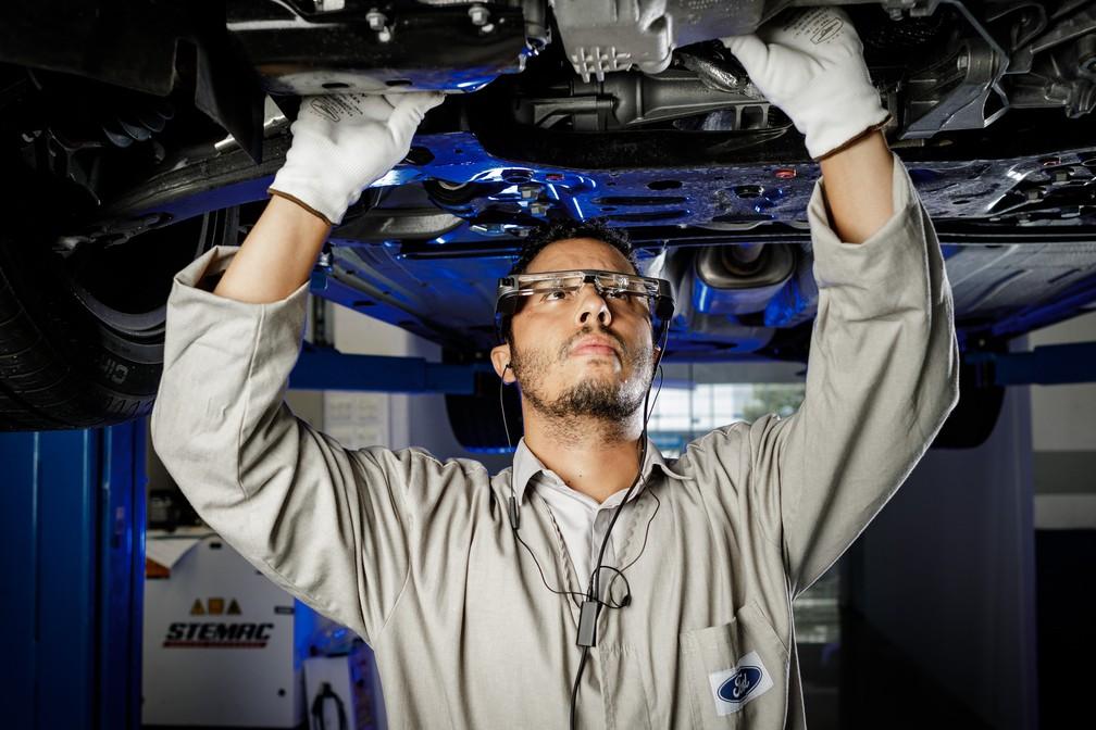 Óculos de realidade aumentada da Ford usado no reparo de veículos — Foto: Divulgação
