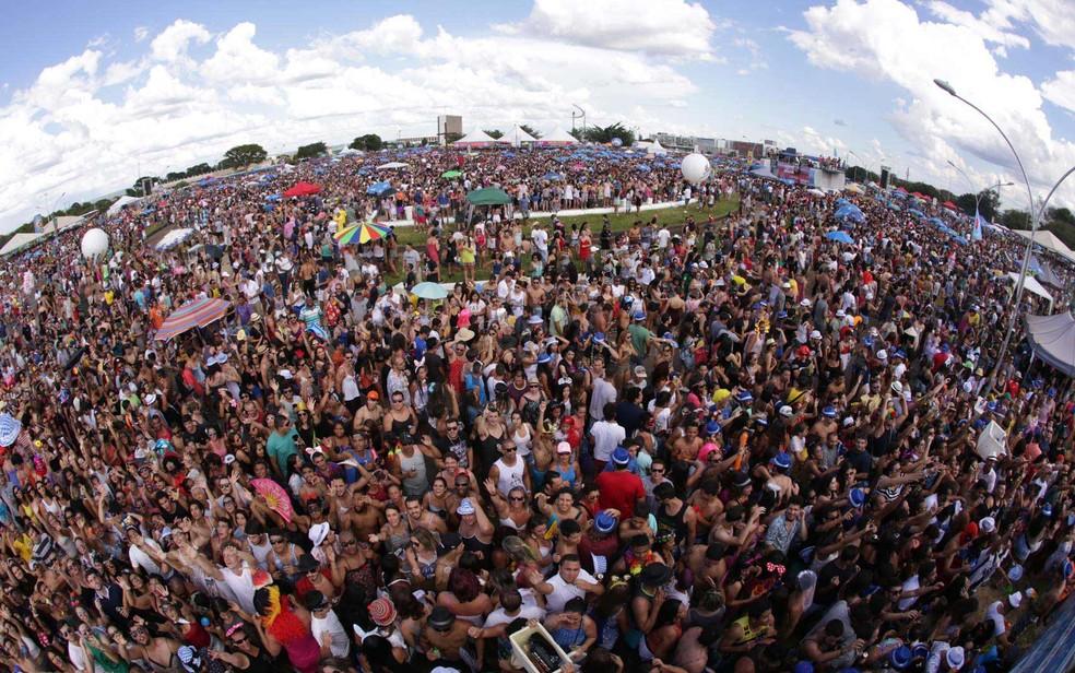 Foliões na Praça do Cruzeiro no desfile do bloco Babydoll de Nylon, em Brasília — Foto: Paulo Cavera/Divulgação