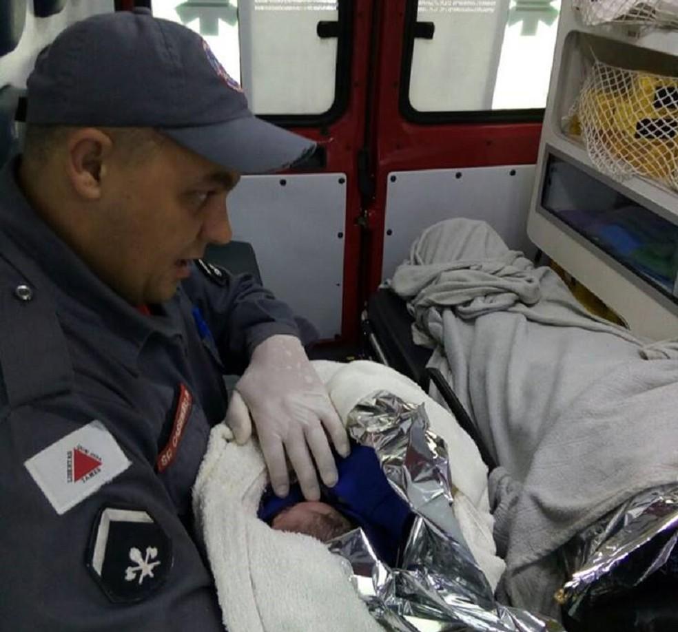 Menino tem 2,7 kg  e está saudável, diz avó. Sargento Eci Felício de Paulo disse que parto foi emocionante. (Foto: Corpo de Bombeiros/ Divulgação)