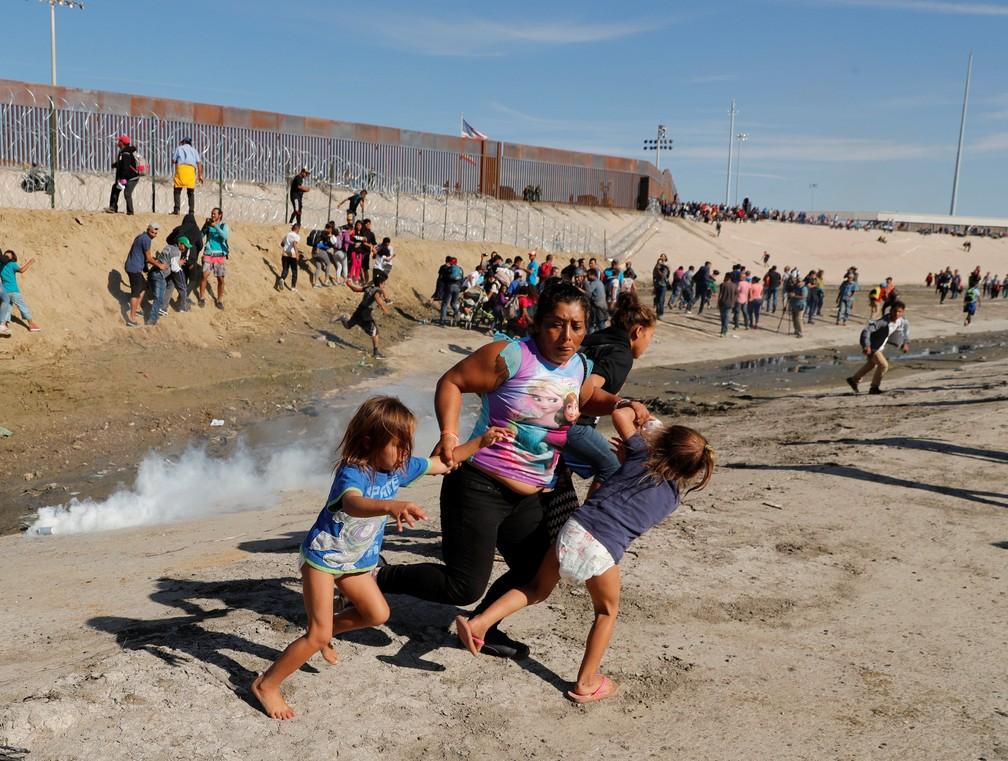 Oficiais dos EUA tentam conter manifestantes com gás lacrimogêneo — Foto: Reuters