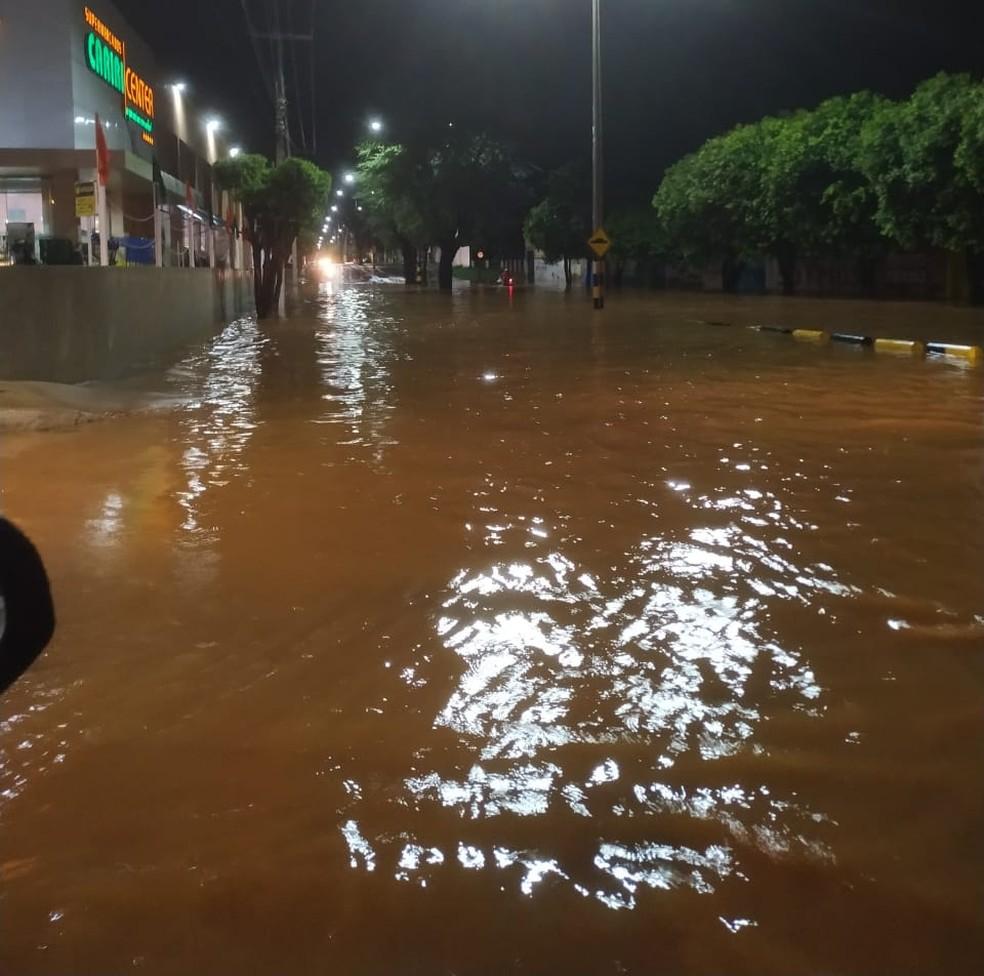 Avenidas ficaram cobertas pela água em Juazeiro do Norte — Foto: Reprodução
