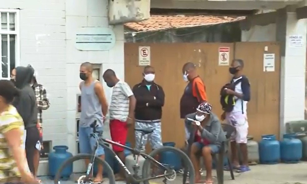 Gás de cozinha vendido a R$ 50 gera filas e briga em Salvador — Foto: Reprodução/TV Bahia