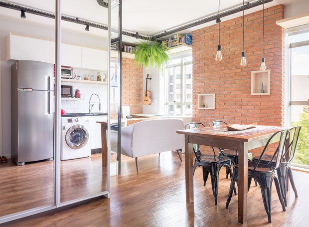 A nova distribuição se dilui tão discretamente pelo espaço que o apartamento não aparenta ter apenas 35 m². (Foto: Joana França/Divulgação)