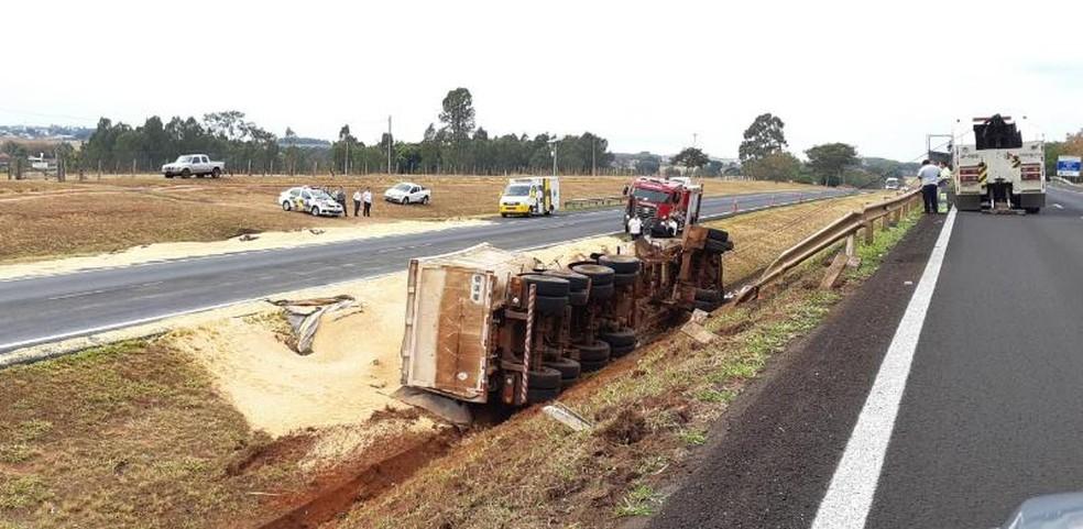 Caminhão estava carregado com milho quando tombou em Cedral (Foto: Arquivo Pessoal)