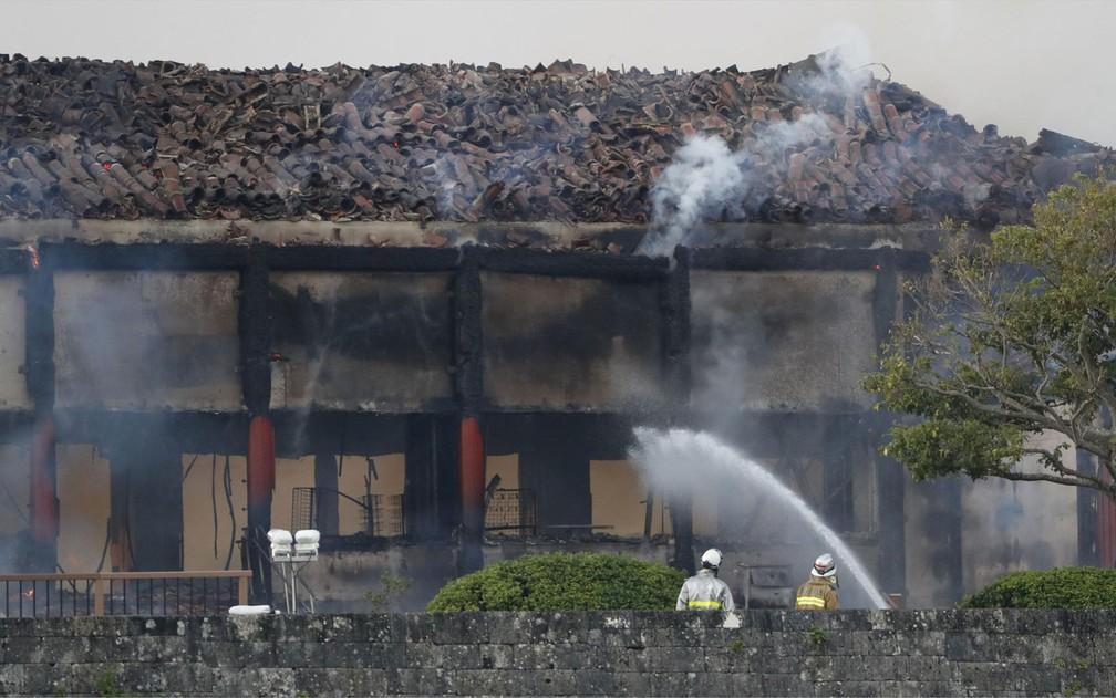 Bombeiros trabalham para conter incêndio no Castelo de Shuri, na ilha de Okinawa, no Japão, na quinta-feira (31) — Foto: Kyodo/via Reuters