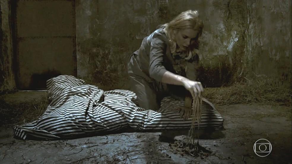 Sandra (Flávia Alessandra) paga por suas maldades na prisão, em 'Êta Mundo Bom' — Foto: TV Globo