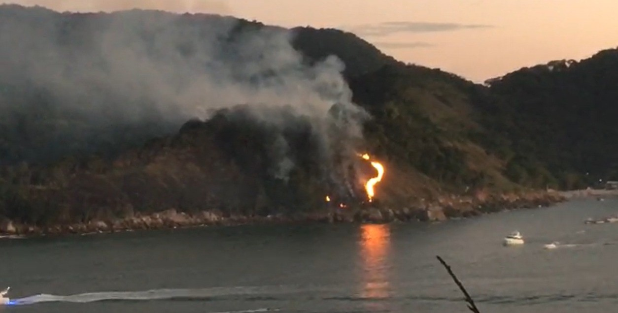 Incêndio cria 'caminho de fogo' e muda paisagem de praia em SP