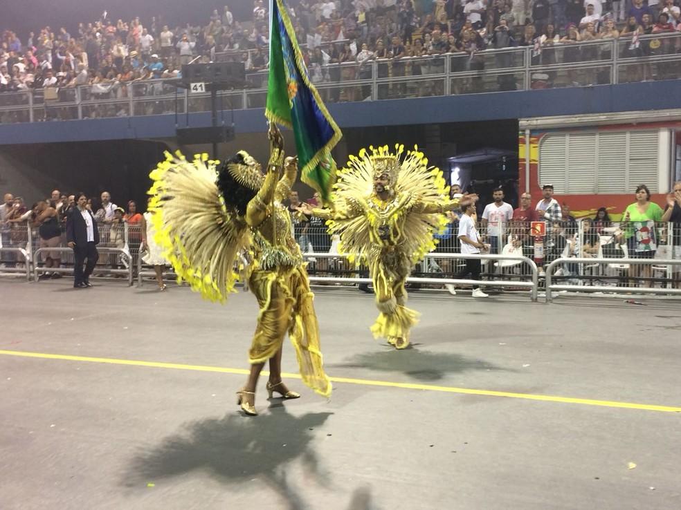 Fantasia da porta-bandeira da Unidos de Vila Maria teve problemas durante desfile. Um lenço foi amarrado no local para tapar o shorts escuro que estava por baixo (Foto: Glauco Araujo/G1)