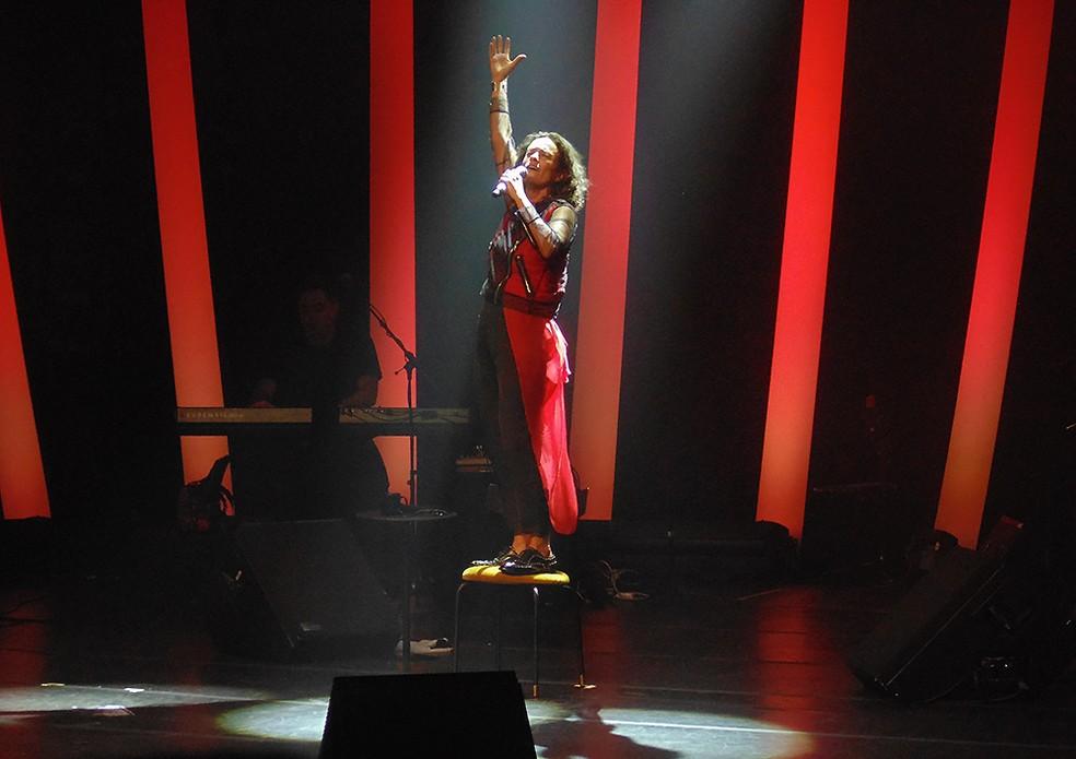 Zélia Duncan sobe na cadeira do palco-palanque do show 'Tudo é um' — Foto: Mauro Ferreira / G1