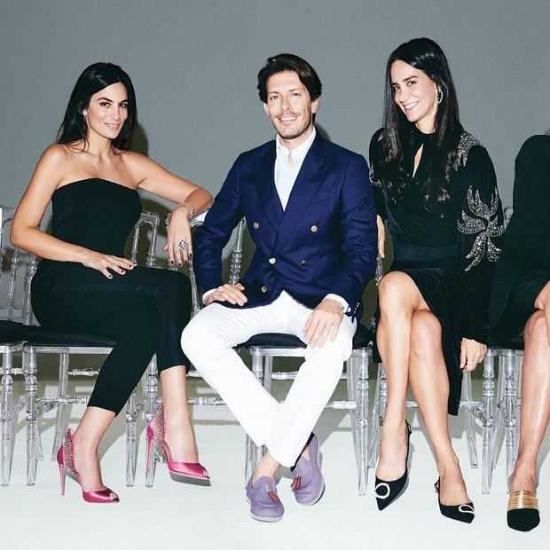O designer de sapatos Edgardo osorio, da aquazzura, entre Mariana Auriemo e Ana Khouri. todas as mulheres usam sapatos da marca. (Foto: Thiago Justo)