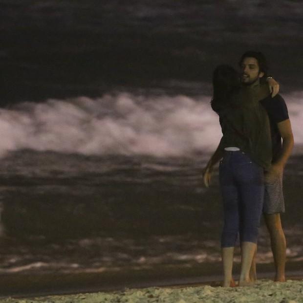 Agatha Moreira e Rodrigo Simas conferem eclipse lunar em clima de romance (Foto: AgNews)