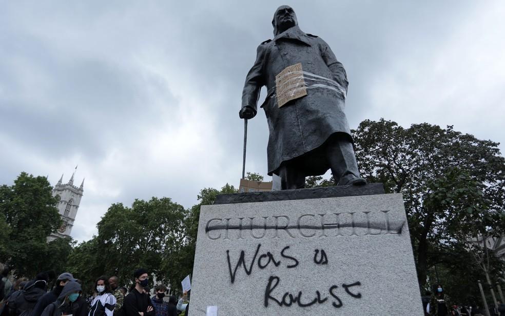 Pichação com a frase 'era um racista' é vista na estátua de Sir Winston Churchill na Parliament Square, em Londres, na segunda-feira (8) — Foto: Isabel Infantes/AFP