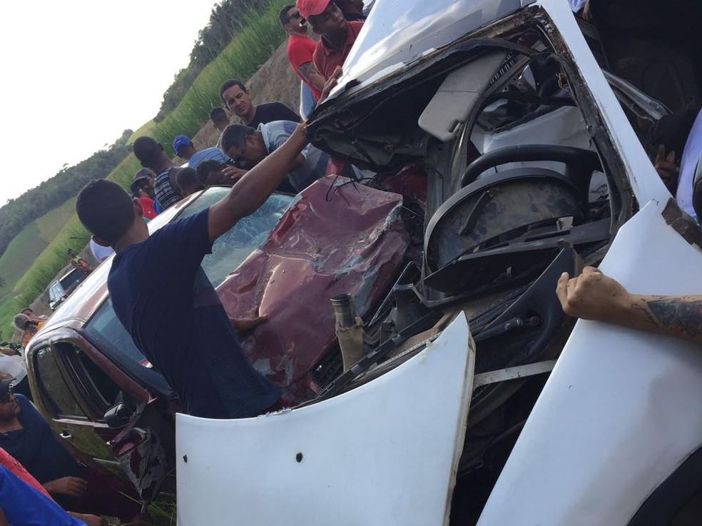 Veículos ficaram destruídos após acidente em Sirinhaém, no Litoral Sul de Pernambuco (Foto: Reprodução/WhatsApp)
