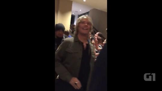 Fãs montam campana e recepcionam banda de Paul McCartney em hotel de Salvador; assista ao vídeo