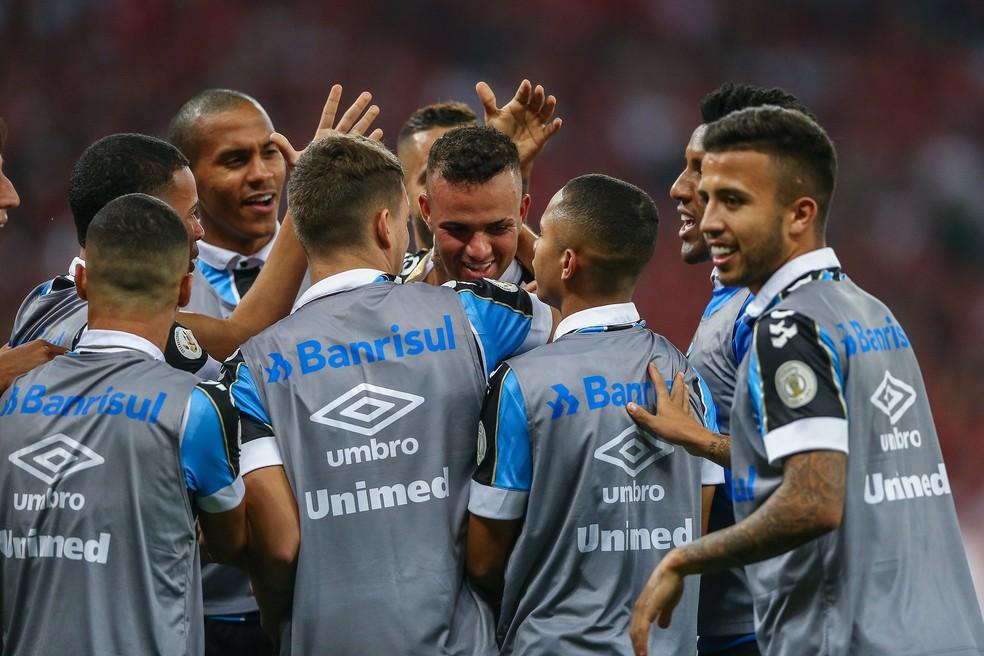 Luan é festejado pelos companheiros após gol — Foto: Lucas Uebel/Divulgação Inter