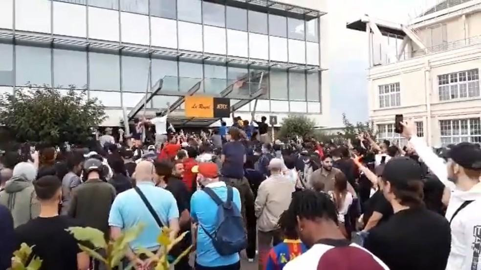 Centenas de torcedores franceses vão ao aeroporto de Le Bourget, em Paris, à espera de Lionel Messi, mas argentino só deve viajar para a França nesta segunda — Foto: Reprodução/Le Parisien