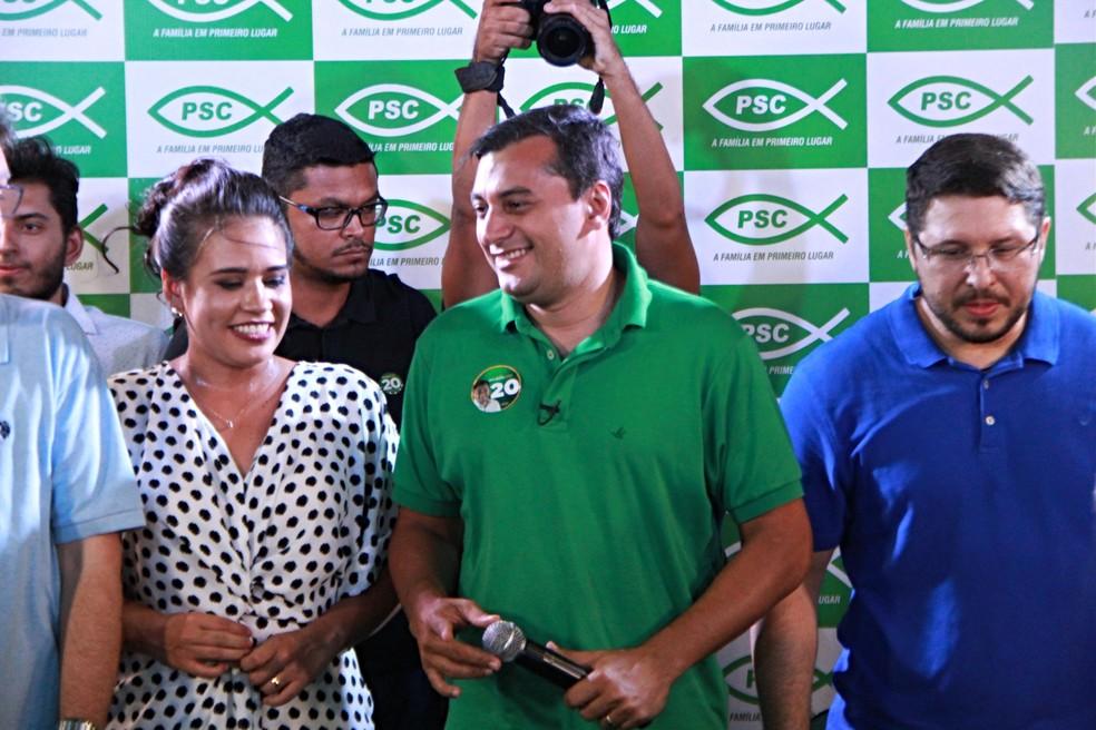 Wilson Lima (PSC) se pronunciou ao lado da esposa e do vice Carlos Almeida — Foto: Rickardo Marques/G1 AM
