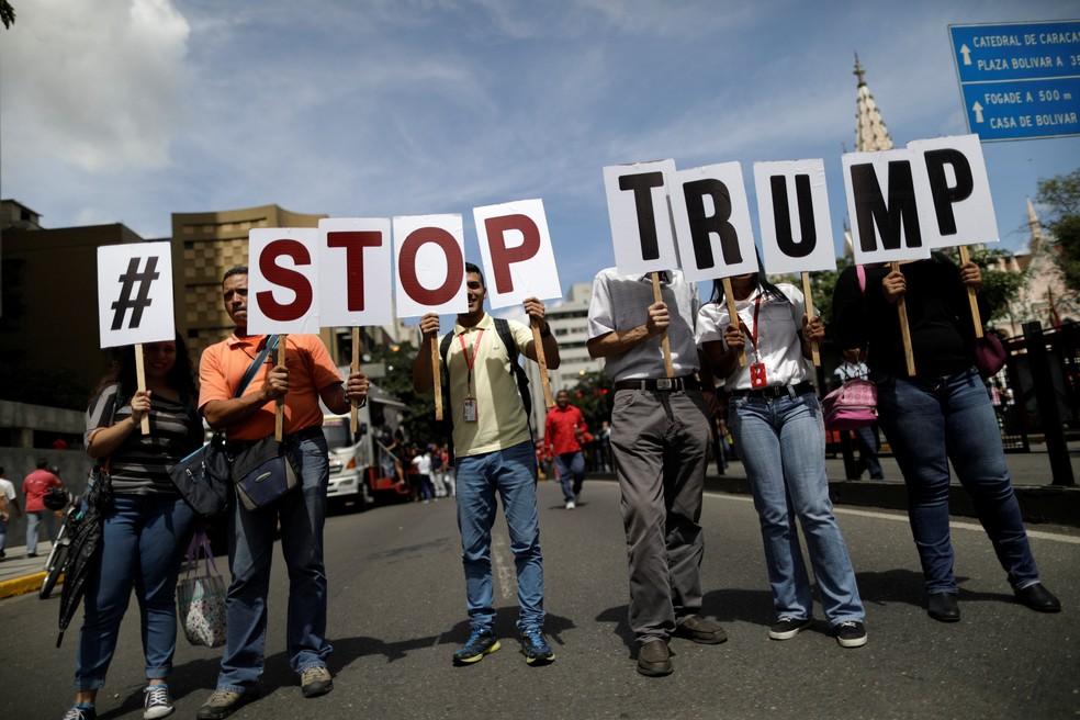 Apoiadores de Maduro se manifestam nesta segunda-feira (14) contra declaração de Donald Trump sobre intervenção na Venezuela (Foto: REUTERS/Ueslei Marcelino)