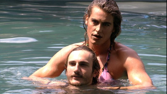 Alberto volta a provocar Alan e a dupla brinca de formar um casal na piscina