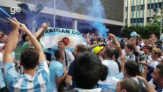 Torcedores da Argentina fazem festa na porta do hotel da seleção, horas antes de jogo decisivo