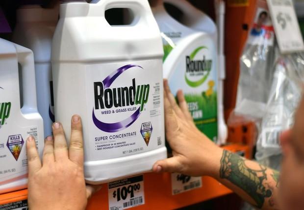 O herbicida RoundUp é um dos produtos da Monsanto que contém glifosato (Foto: GETTY IMAGES via BBC News Brasil)