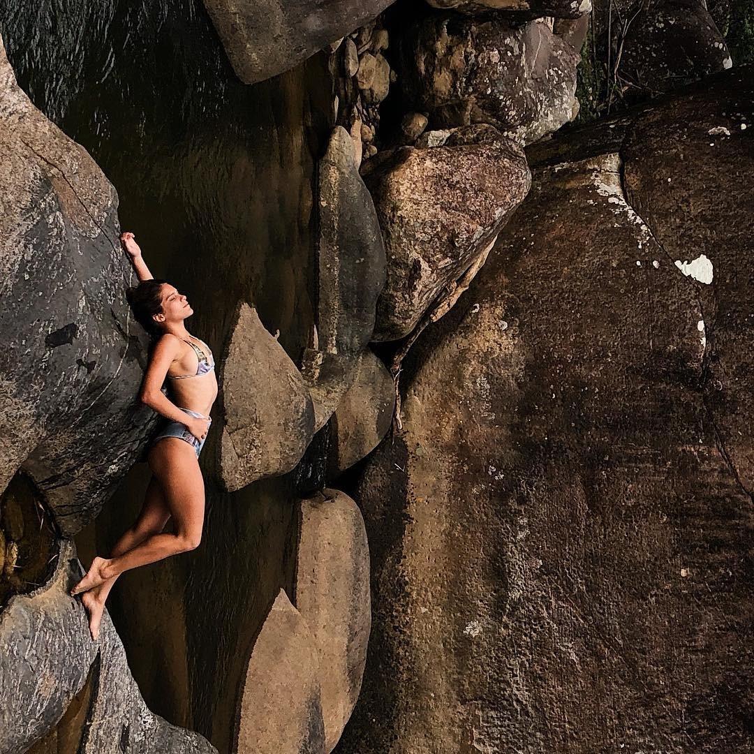 Bella Santoni na cachoeira (Foto: reprodução/Instagram)