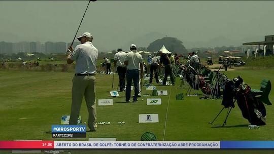 """Tadeu Schmidt vibra com tacada certeira em torneio de golfe: """"Vou pedir música"""""""