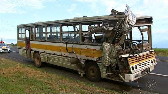 Acidente entre caminhão e ônibus deixa feridos em rodovia de Duartina