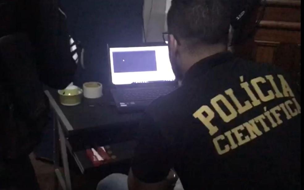 Policiais procuram arquivos com conteúdos relacionados à pedofilia em Goiás (Foto: Polícia Civil/ Divulgação)