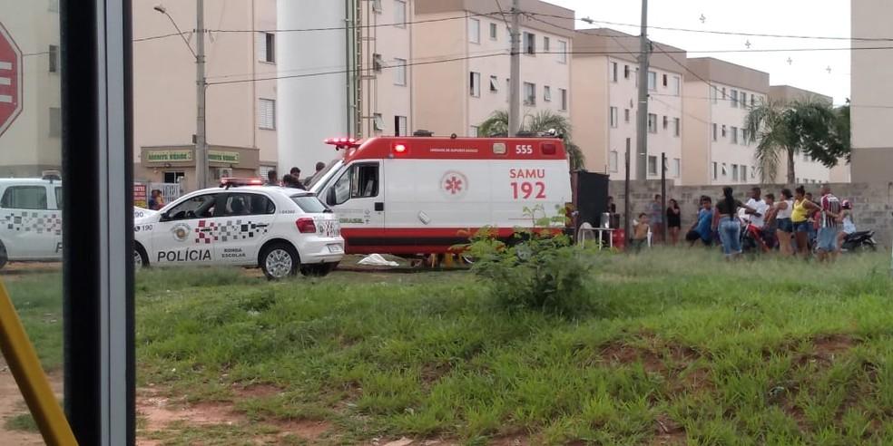 Polícia e Samu foram acionados após mulher ser morta a facadas no Jardim Ouro Verde em Bauru — Foto: Arquivo pessoal