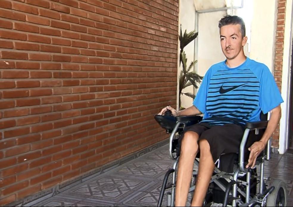 O cadeirante Elder Chaves Aguilar não consegue ir a fisioterapia por falta de transporte em São Carlos (Foto: Wilson Aiello/EPTV)