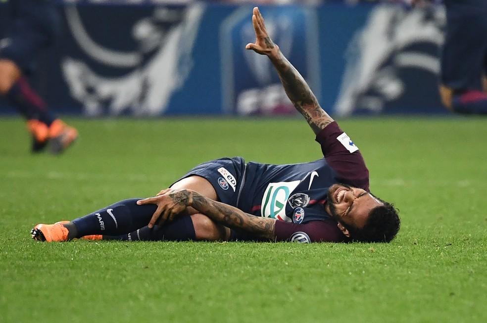 Daniel Alves sofreu a lesão no título do PSG nesta semana (Foto: AFP)