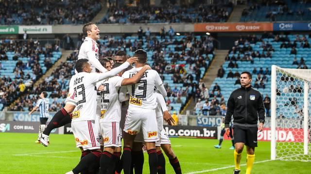 Jogadores do São Paulo vibram com gol de Diego Souza