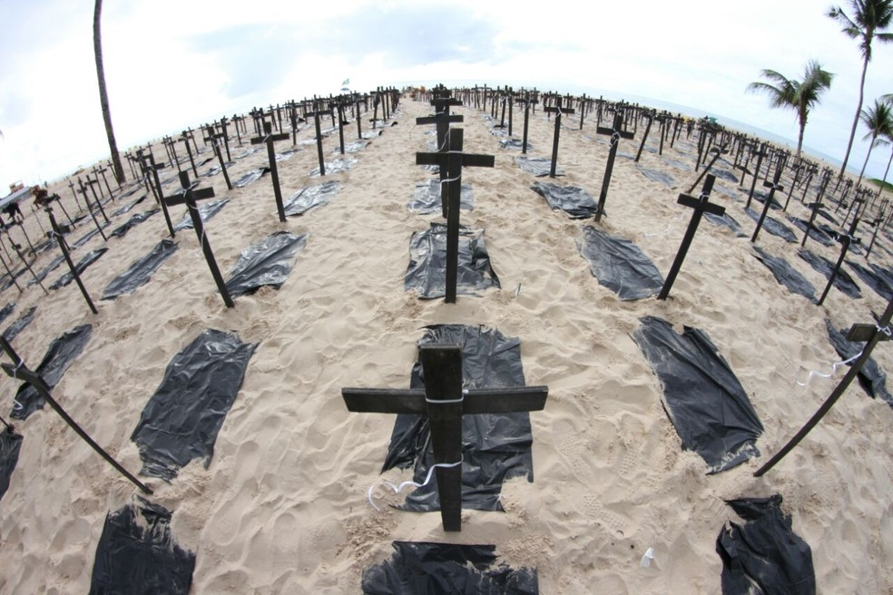 Mil cruzes fincadas na praia representam mortos em Pernambuco, durante 2018 (Foto: Marlon Costa/Pernambuco Press)