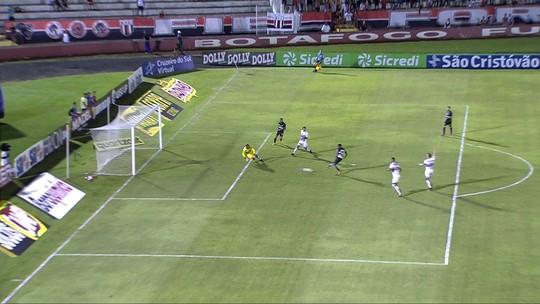 Análise: com novidade, meio-campo trava, e ataque do Santos fica desabastecido