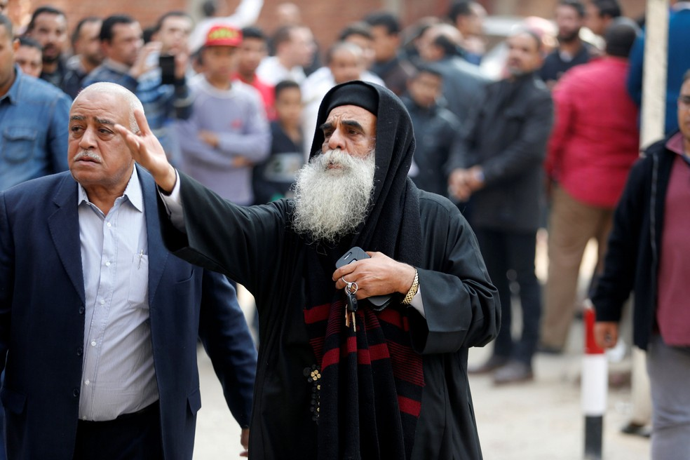 Padre lamenta ataque contra igreja no Cairo, no Egito, nesta sexta-feira (29)  (Foto: Amr Abdallah Dalsh/ Reuters)