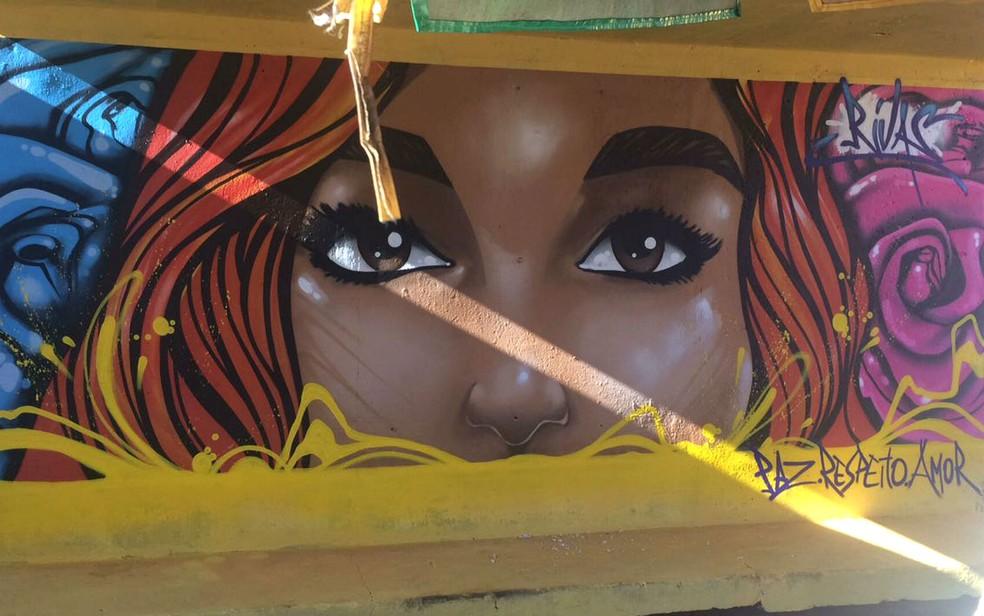 Parada de ônibus em Taguatinga, no Distrito Federal, pintada pelo grafiteiro Rivas (Foto: Administração de Taguatinga/Divulgação)