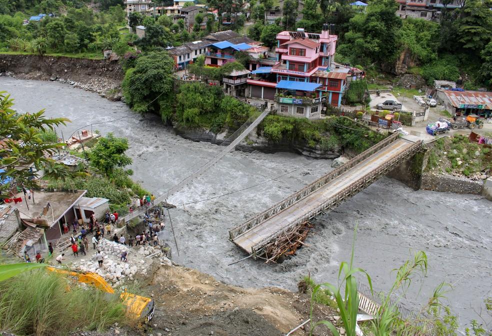 Ponte danificada por chuvas no Nepal, em 11 de julho de 2020 — Foto: Santosh Gautam/Reuters