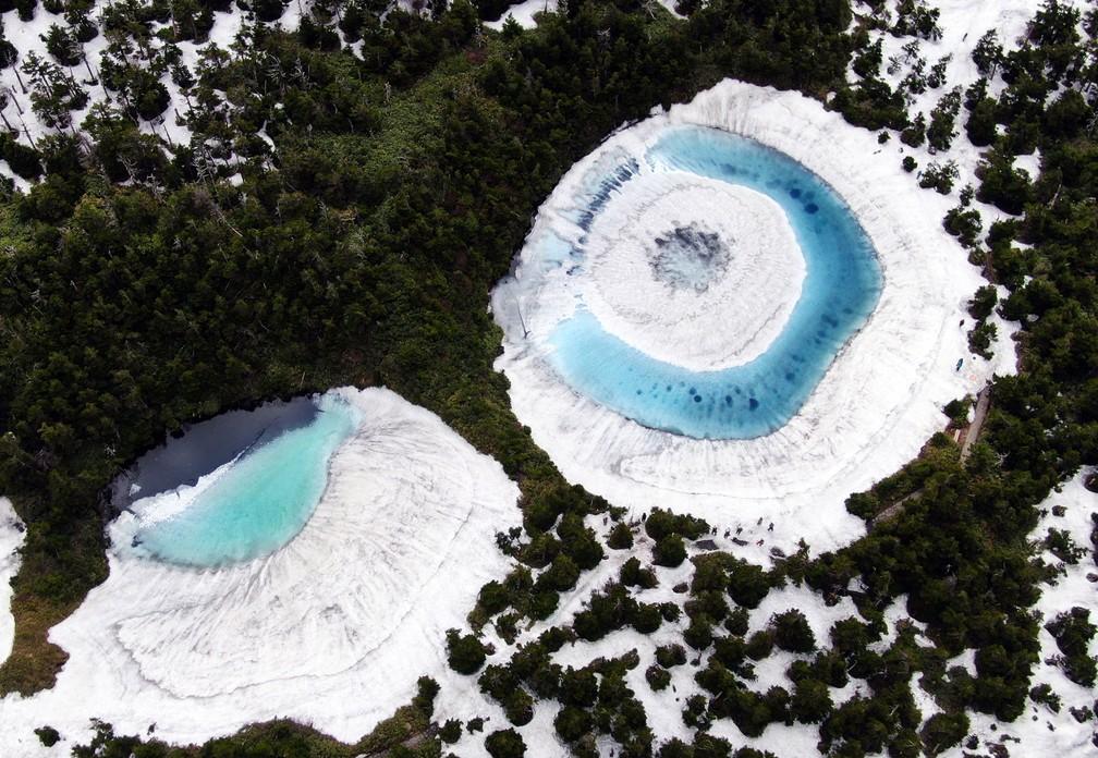 Foto tirada por um drone mostra o 'Dragon Eye' formado no lago Kagami-Numa, no norte do Japão, em junho de 2020 — Foto: Ryohei Moriya/The Yomiuri Shimbun via AFP