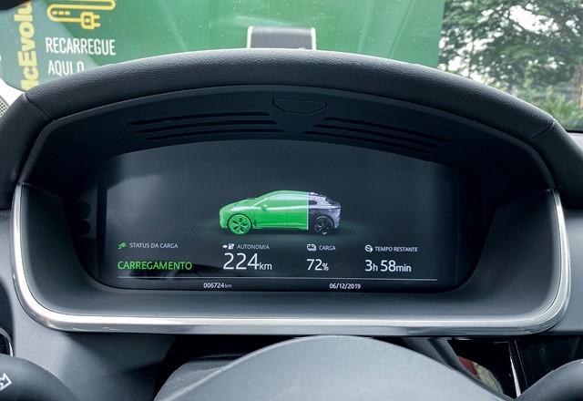 Jaguar i-pace - Informações da recarga surgem  no painel assim que o conector  é plugado (Foto: Bruno Guerreiro)