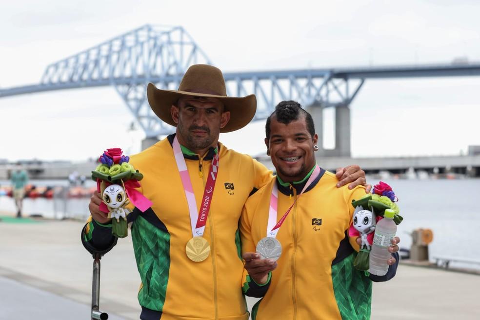Fernando Rufino e Giovane Vieira com as medalhas da canoagem — Foto: Miriam Jeske/CPB