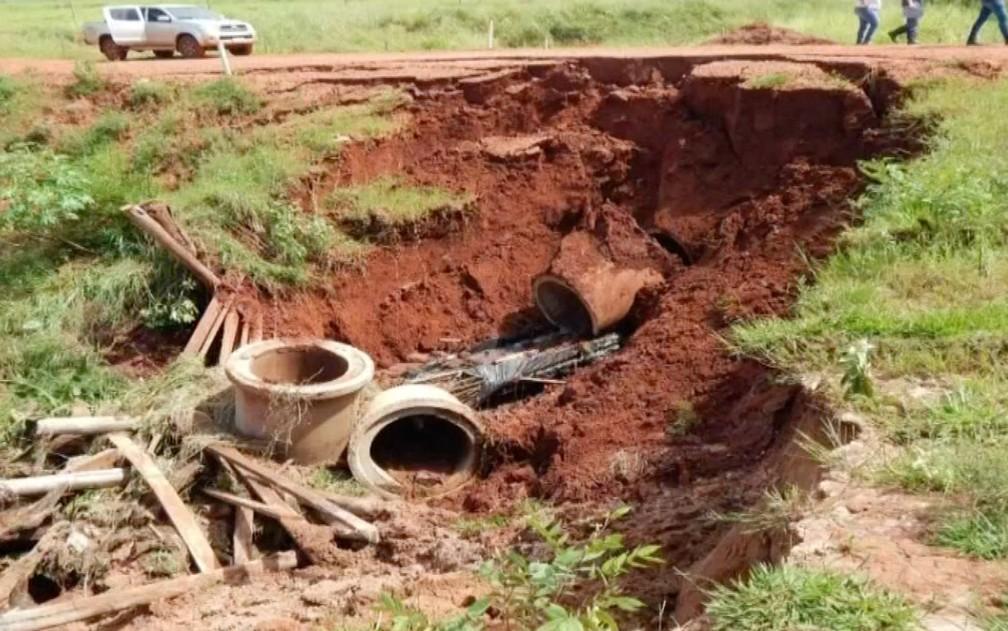 Foto da estrada vicinal e tubulação de escoamento de água parcialmente destruídos em Novo Horizonte do Sul no inicio de janeiro de 2018