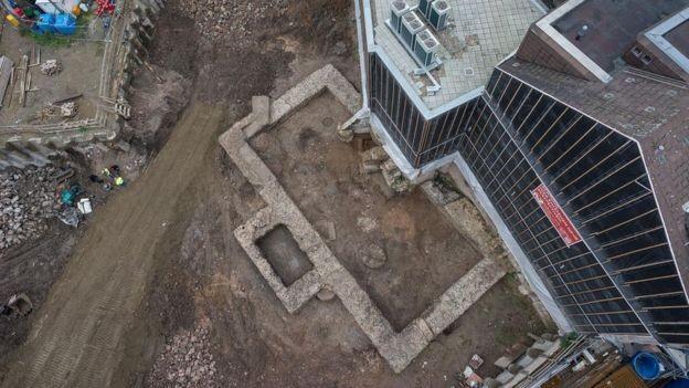 A prefeitura local sabia da existência de um prédio romano na área, mas a localização exata era desconhecida (Foto: RÖMISCH-GERMANISCHES MUSEUM via BBC)