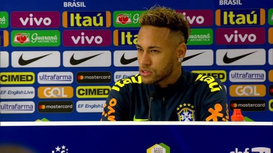 """Neymar leva filho à entrevista, critica """"fake news"""" e diz que queria Copa do Mundo todo ano"""
