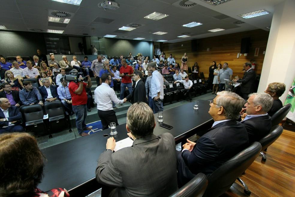 Governador em exercício de SC, Eduardo Pinho Moreira, participa de solenidade de liberação de R$ 9,1 milhões para hospitais filantrópicos do estado (Foto: James Tavares/Secom)
